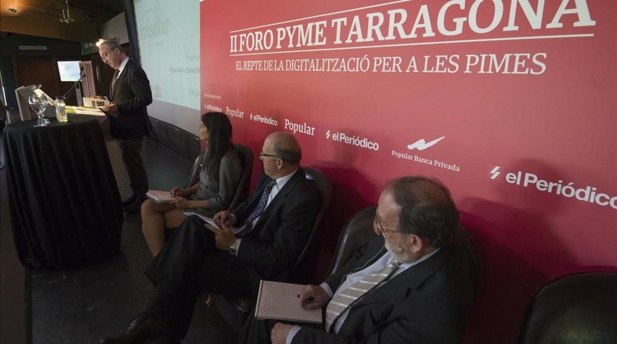 Antoni Pont, se dirige a los asistentes, junto a Silvia Leal, Fernando Rodríguez y el moderador, Josp-Maria Ureta.