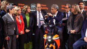 Colau y De Meo (en la moto) con Torra, Calviño, Marín, Puigneró y Cunillera, entre otros, en el Smart City Expo World Congress.