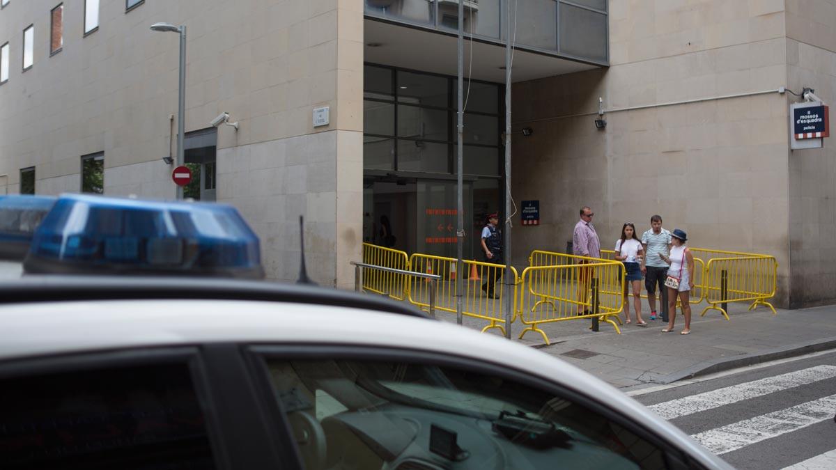 Comisaría de Nou de la Rambla de Barcelona, junto a la cual un joven ha apuñalado a un menor tutelado.