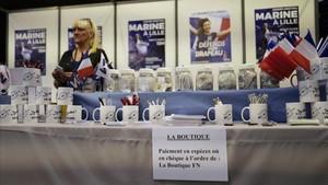 Un puesto de venta de productos del Frente Nacional en el edificio donde se ha celebrado el congreso en Lille.