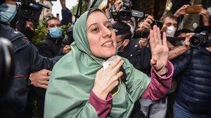 La cooperante italiana Silvia Romano, que ahora dice llamarse Aisha, a su llegada a su casa en Milán este lunes.