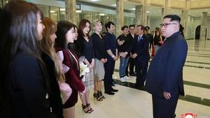 Kim Jong-un charla con las componentes del grupo de pop surcoreanoRed Velvet en Pionyang.