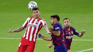Correa y Suárez disputan un balón durante la semifinal de la Supercopa de España.