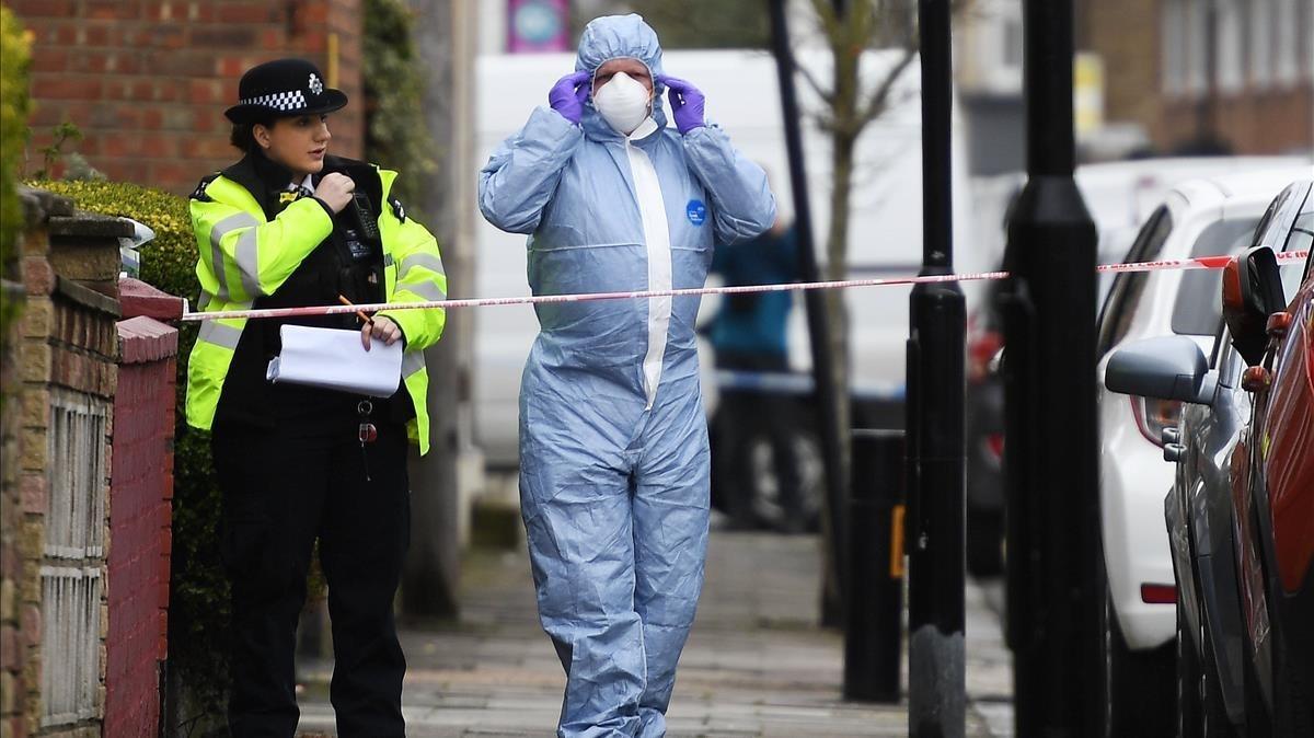La policía acordona el lugar donde anoche fallecióuna joven de 17 años en Londres.