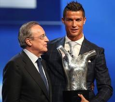 Cristiano Ronaldo y Florentino Pérez posan con el trofeo conseguido por el jugador portugués en Mónaco.