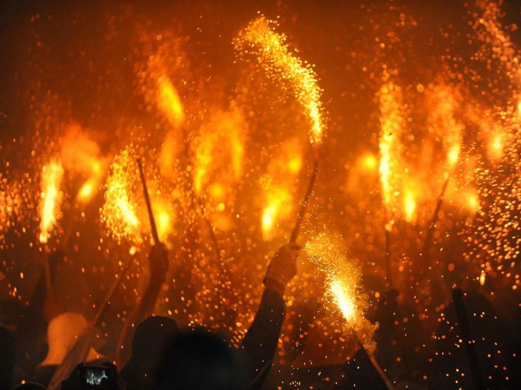 La fiesta de la noche de San Juan llenará las calles de Santa Coloma, con petardos a raudales, muchas verbenas privadas y algunas fiestas y bailes populares.