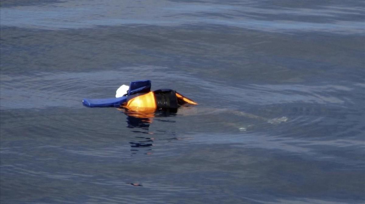 El cuerpo sin vida de un migrante ahogado, con chaleco salvavidas, flota en aguas exteriores de Libia, en una foto divulgada por la oenegé Proactiva Open Arms, el 24 de marzo.