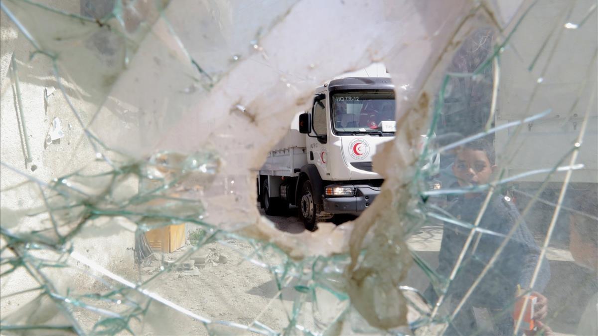 Uno de los camiones de la Media Luna Roja que logró acceder a Guta Oriental el lunes.