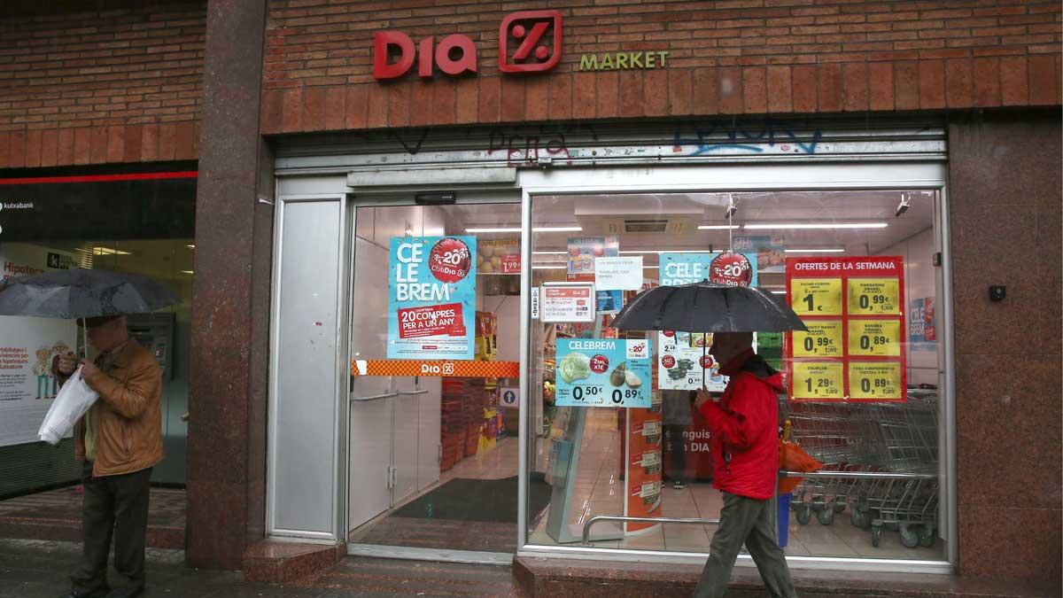 Dia anuncia el despido de 2.100 trabajadores en España. En la imagen, un supermercado Dia en la Travessera de Dalt de Barcelona.