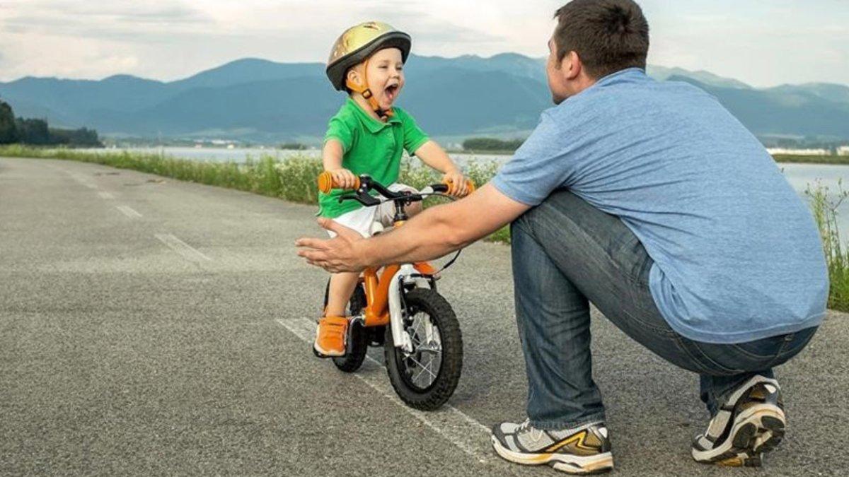 Un niño juega con su padre.