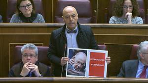 El diputado socialista Antonio Hurtado pide a Montoro explicaciones por el 'caso Rato' en el Congreso.