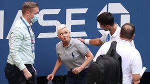 Djokovic muestra arrepentimiento ante la jueza de línea en Nueva York.