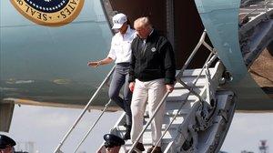 Donald Trump y Melania a su llegada a la base aéra de Florida.