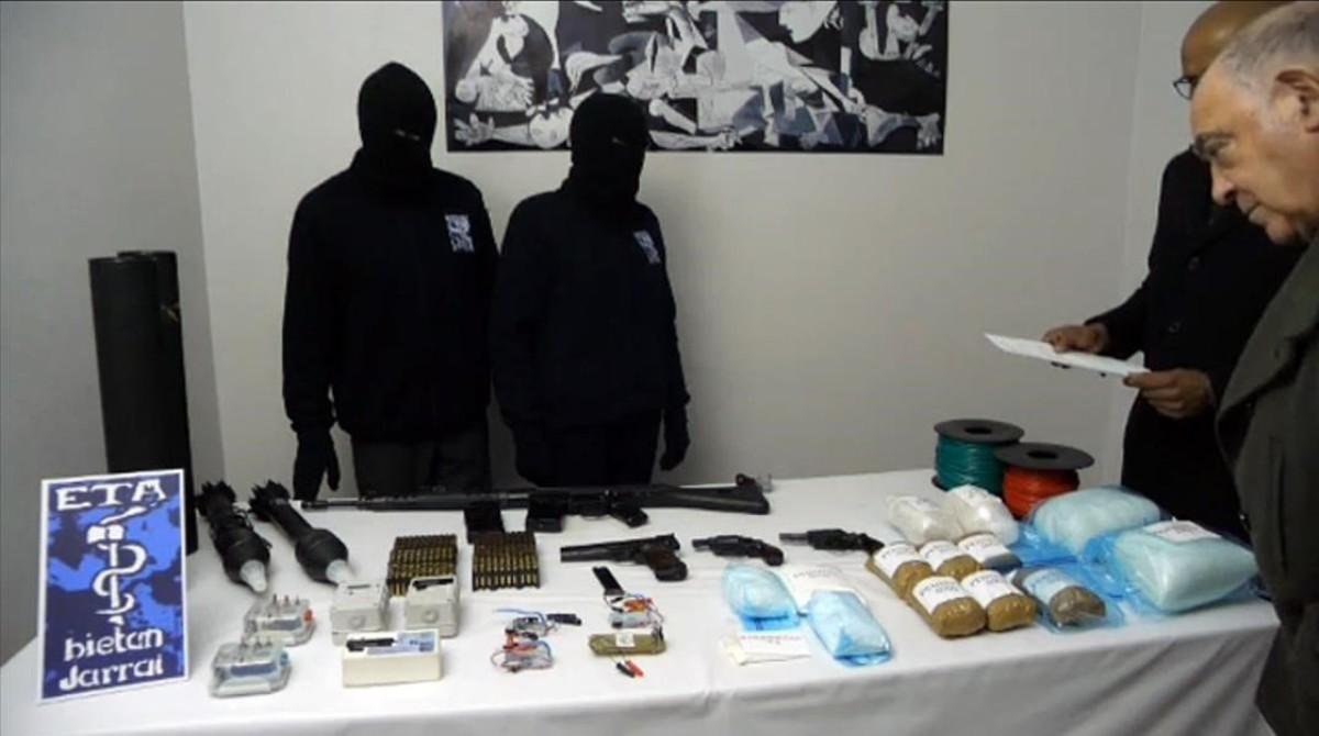 Dos etarras ofician una entrega de armas a dos verificadores internacionales, el 21 de febrero del 2014.