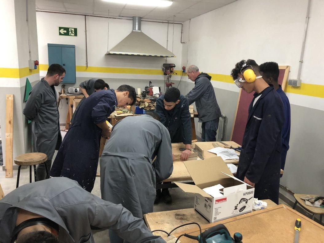 Los jóvenes reciben formación teórica y práctica en carpintería, pintura, electricidad, fontanería, tareas de albañilería, riesgos laborales, y eficiencia energética.