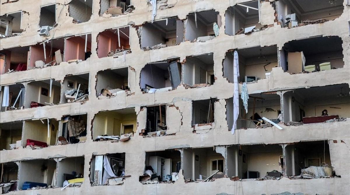 Edificio afectado por la explosión del coche bomba en Diyarbakir, este viernes.