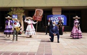Joe biden con un grupo de la comunidad latina en los EEUU.
