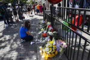 Personas colocan ofrendas en el lugar del tiroteo en Dayton, Ohio.