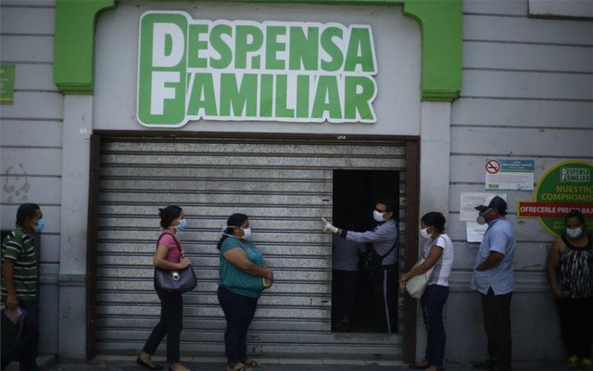 Personas en El Salvador buscan alimentos en la crisis del coronavirus.