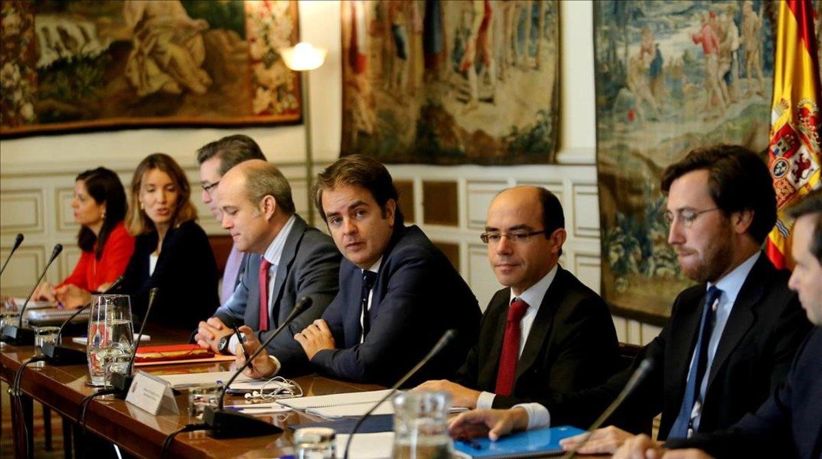 Lasso de la Vega (primero por la derecha) y Bermúdez de Castro (tercero), en la reunión de la comisión de secretarios y subsecretarios de Estado el 28 de octubre del 2017, cuando se publicaron en el 'BOE' las medidas del 155.