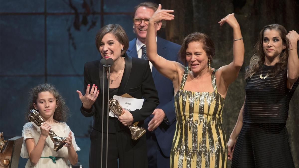 El equipo de 'Estiu 1993' recoge el premio a la mejor película en los Gaudí.