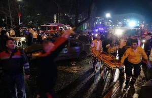 Equipos de emergencia atienden a los heridos en el lugar del atentado.