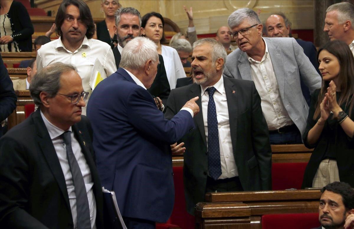 Ernest Maragall y Carlos Carrizosa, durante el tenso pleno de política general en el Parlament, el jueves.