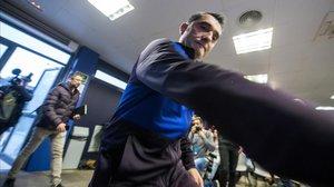 Ernesto Valverde se dirige, hoy, a la mesa de la conferencia de prensa en la Ciudad Deportiva Joan Gamper.