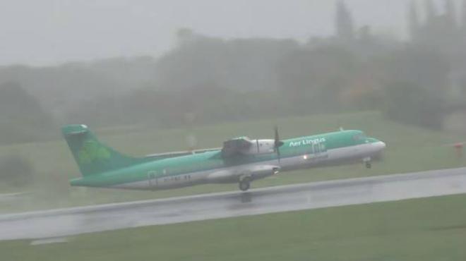 Espectacular vídeo que muestra como un avión de la compañía Aer Lingus aborta, in extremis, a causa de la lluvia su aterrizaje en el aeropuerto de Manchester.