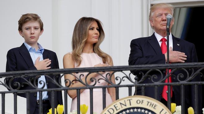 Melaniarecuerda a su marido que debe colocar su mano derecha sobre el corazón mientras suena el himno de EEUU.