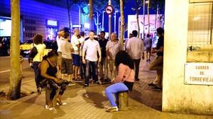 Ambiente en los alrededores del Port Olímpic, con prostitutas en busca de clientes, a la salida de las discotecas.