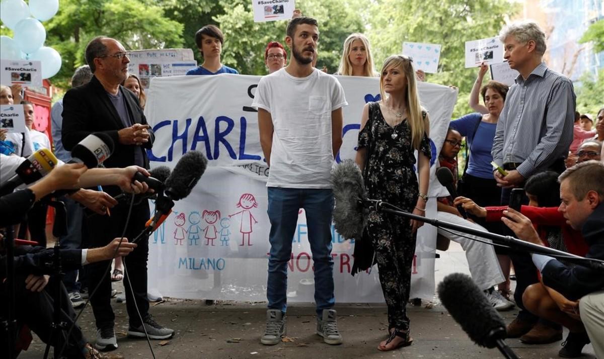 Los padres del bebé, junto a un grupo de activistas que abogan por que el niño sea tratado en el extranjero.