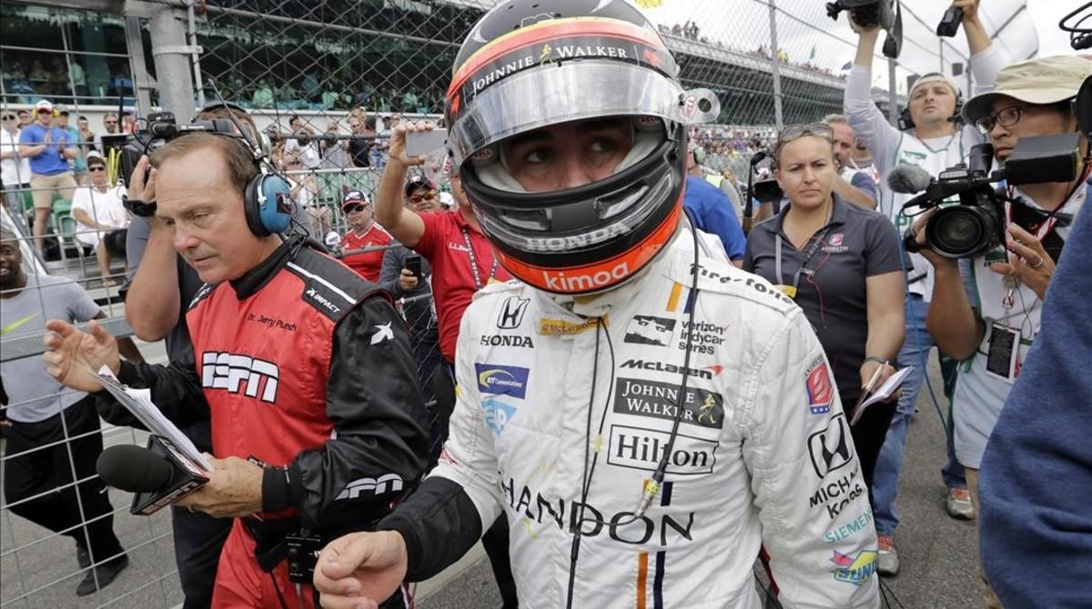 Fernando Alonso vuelve hacia su garaje después de abandonar las 500 Millas de Indianápolis por la rotura del motor.