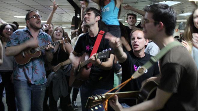 Canet Rock 2016 sorprendeen el vestíbulo de Renfe enla Plaza Catalunya con una flash mobinterpretando Bon dia de Els Pets.