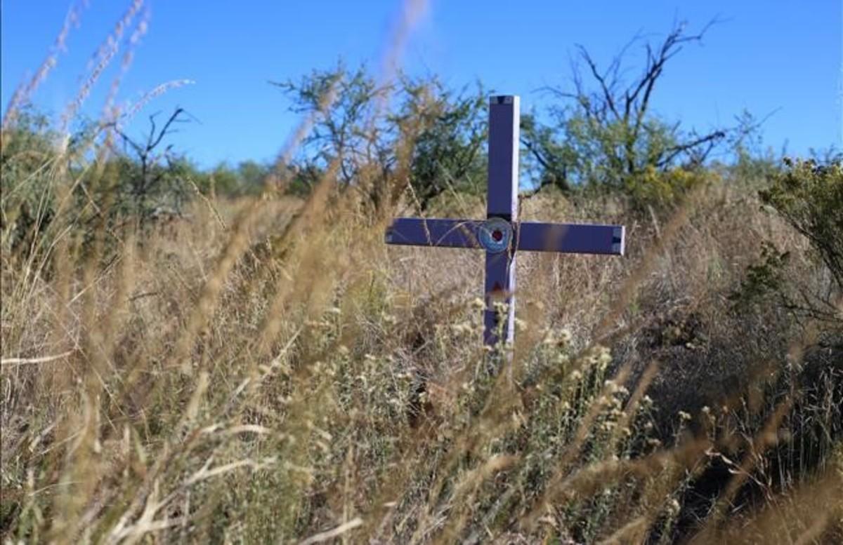 Una oenegé levanta cruces anónimas en los lugares donde se encuentra a los inmigrantes muertos.
