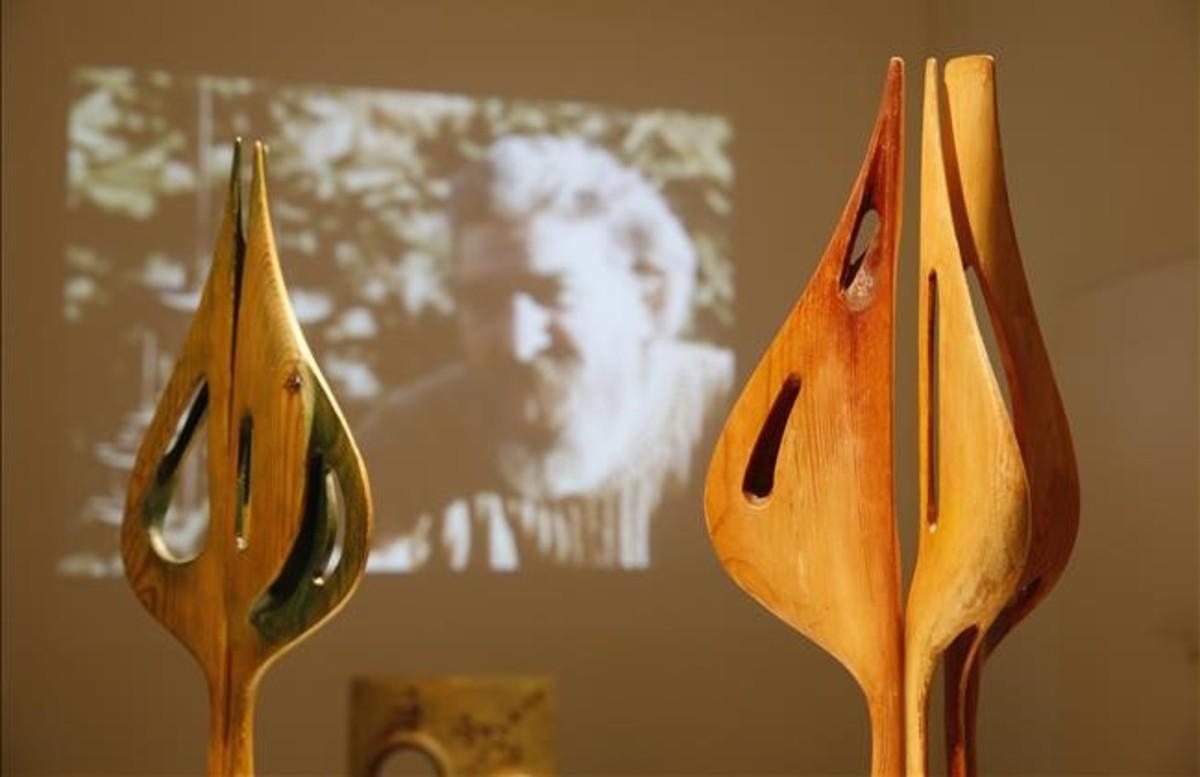 Personatge, el mismo título para dos de las tallas de madera que lucen en la muestra.