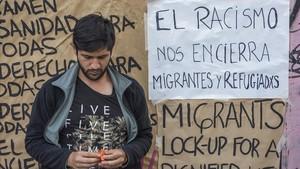 Carteles colgados en la Escola Massana en favor de los derechos de los inmigrantes.