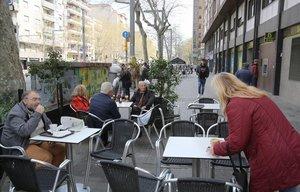 Gente en un bar en la avenida del Paral·lel de Barcelona.
