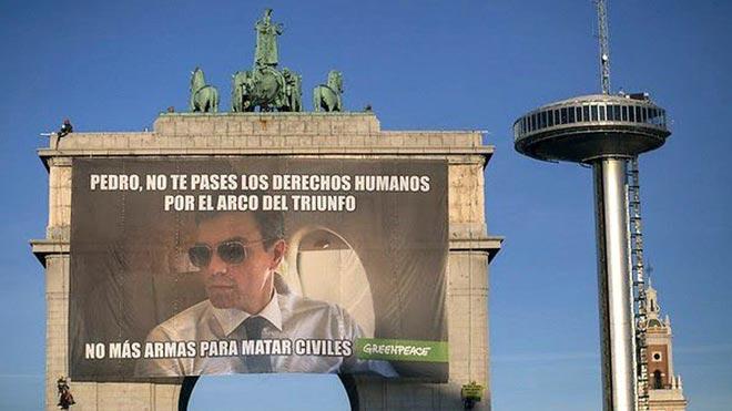 Greenpeace exige a Pedro Sánchez el fin de la venta de armas con un meme gigante.