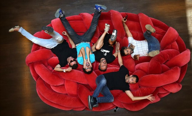 El grupo Love of Lesbian y el actor Guillem Albà, en el Hotel Neri de Barcelona.