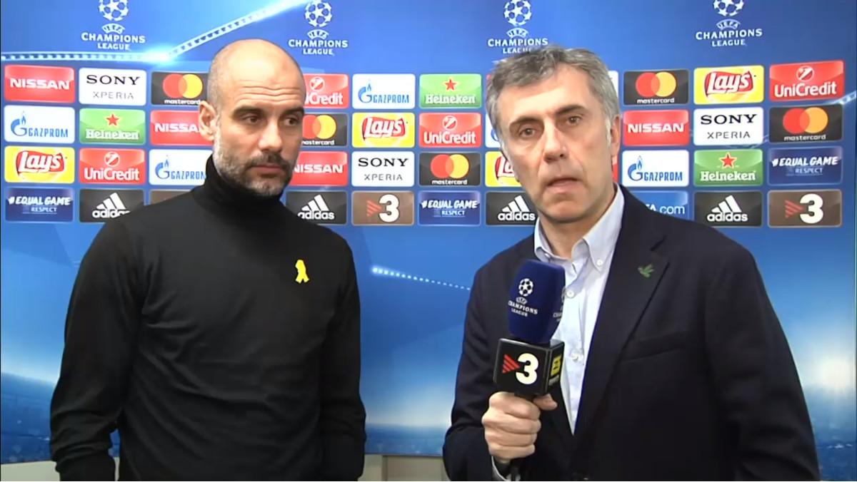 Pep Guardiola habla con el reportero de TV-3 Xavi Torres, en el Basilea-Manchester City de Champions.