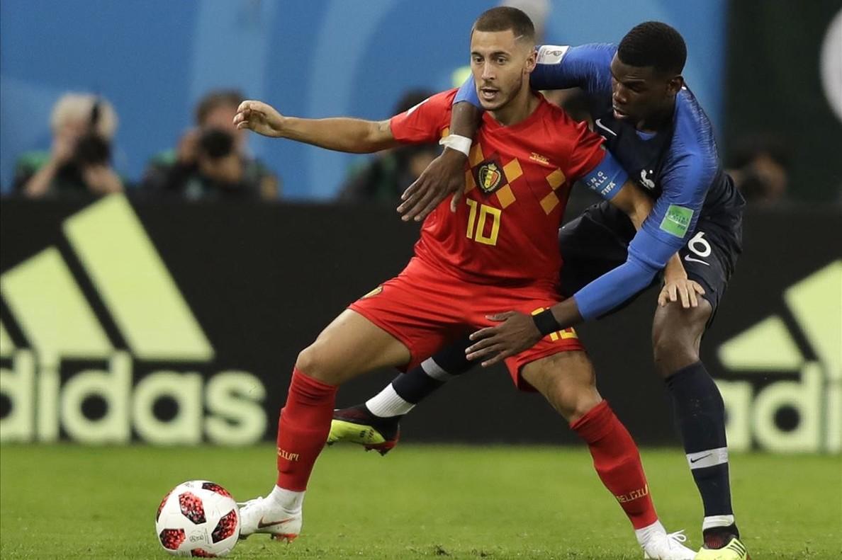 Hazard defendiendo el balón ante la defensa de Pogba