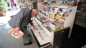 Un hombre compra el diario en un quiosco de Barcelona, el 25 de mayo.