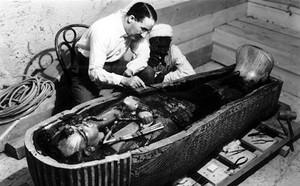 Howard Carter, trabajando en el sarcófago de Tutankamón.