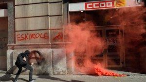 Un huelguista hace una pintada en la sede de CCOO en Barcelona, durante la huelga independentista del pasado 21 de febrero.