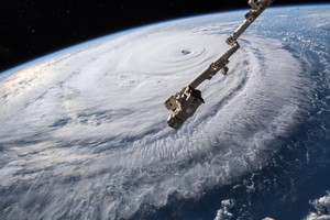 EPA7127 ESPACIO ESTADOS UNIDOS 12 09 2018 - Fotografia cedida por la NASA muestra el ojo del huracan Florence sobre el oceano Atlantico hoy 12 de septiembre del 2018 El extremadamente peligroso huracan de categoria 4 Florence mantiene su fortaleza dimension y organizacion en su ruta hacia Las Carolinas en la costa sureste de EE UU donde amenaza entre otras con una marejada ciclonica EFE NASA SOLO USO EDITORIAL PROHIBIDA SU VENTA