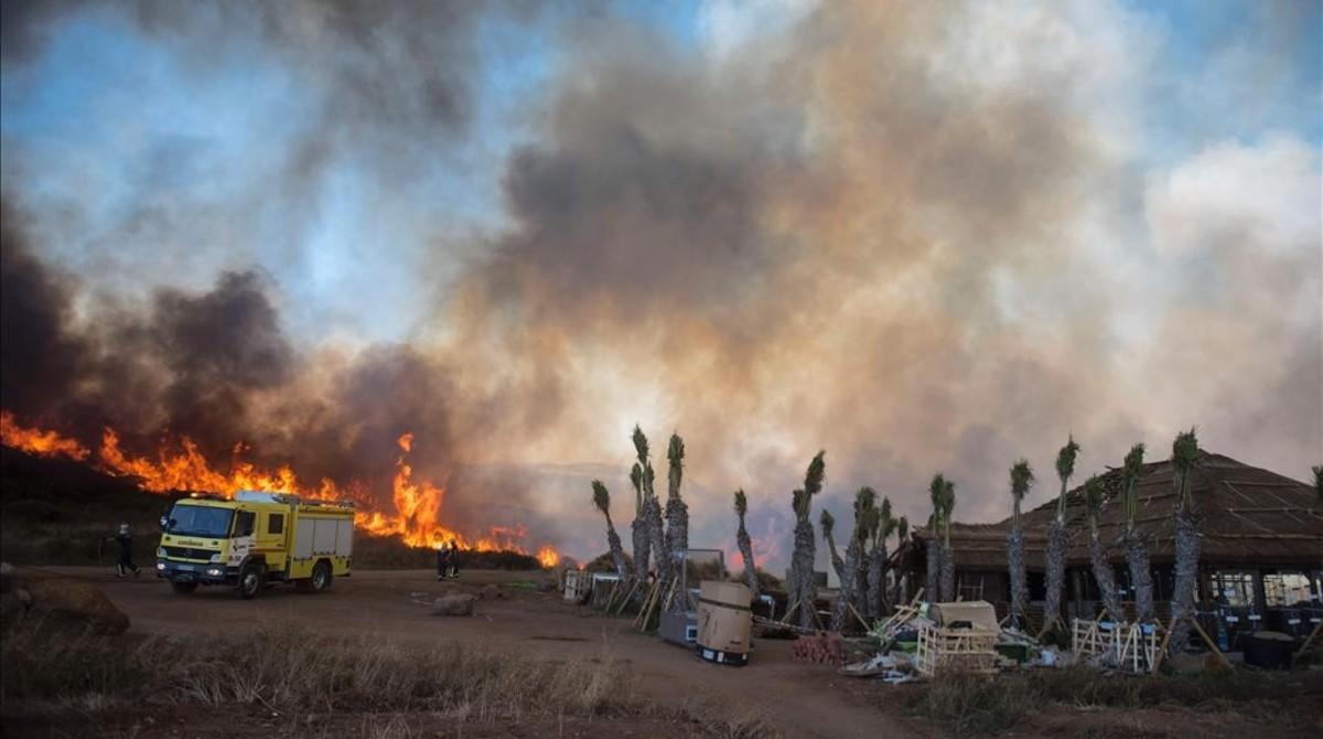 Estabilizados los dos incendios en c diz - Casas embargadas en la linea dela concepcion ...