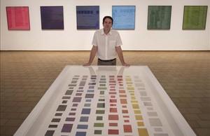 Ignasi Aballí, junto a la obra El color en el diario, en la Fundació Miró.