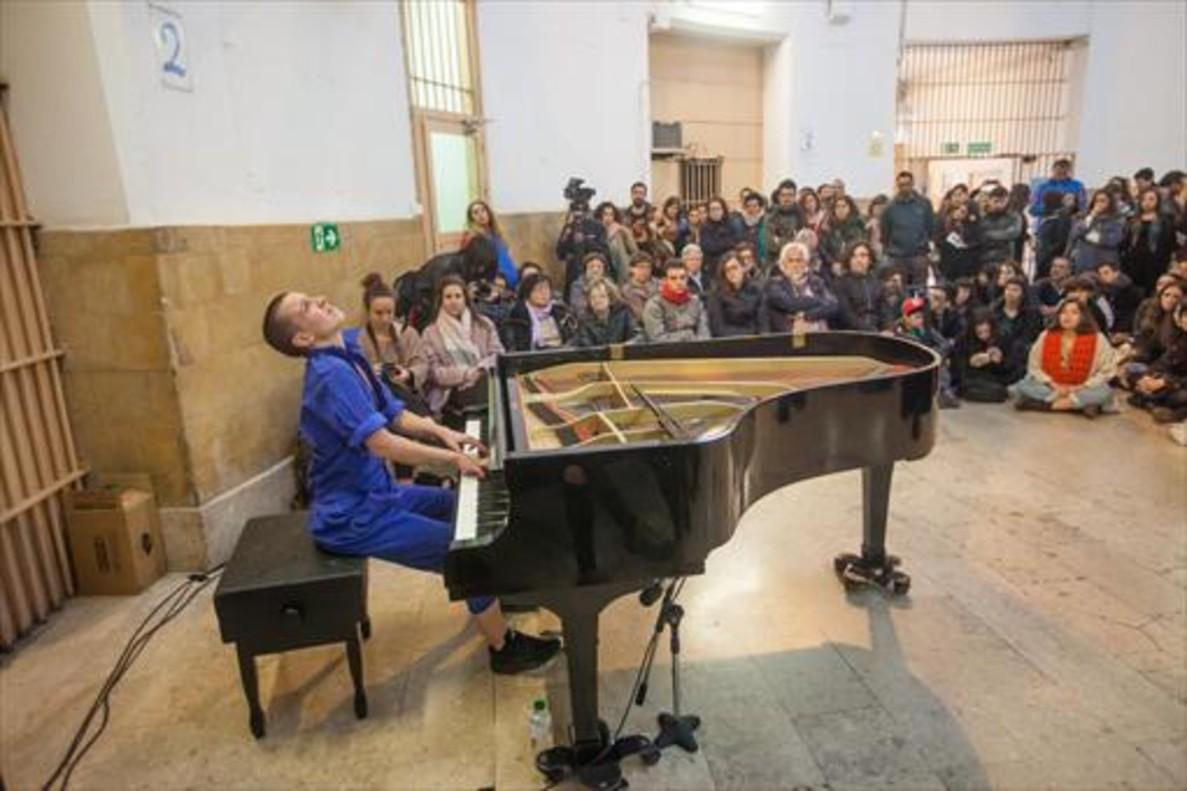 Imponente 8Clara Peya, sentada ante el piano y rodeada de público, en la sala central de la Modelo, el viernes.