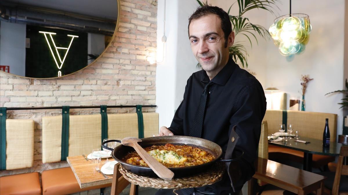 Jordi Molinero muestra una paella en el Xàtiva.